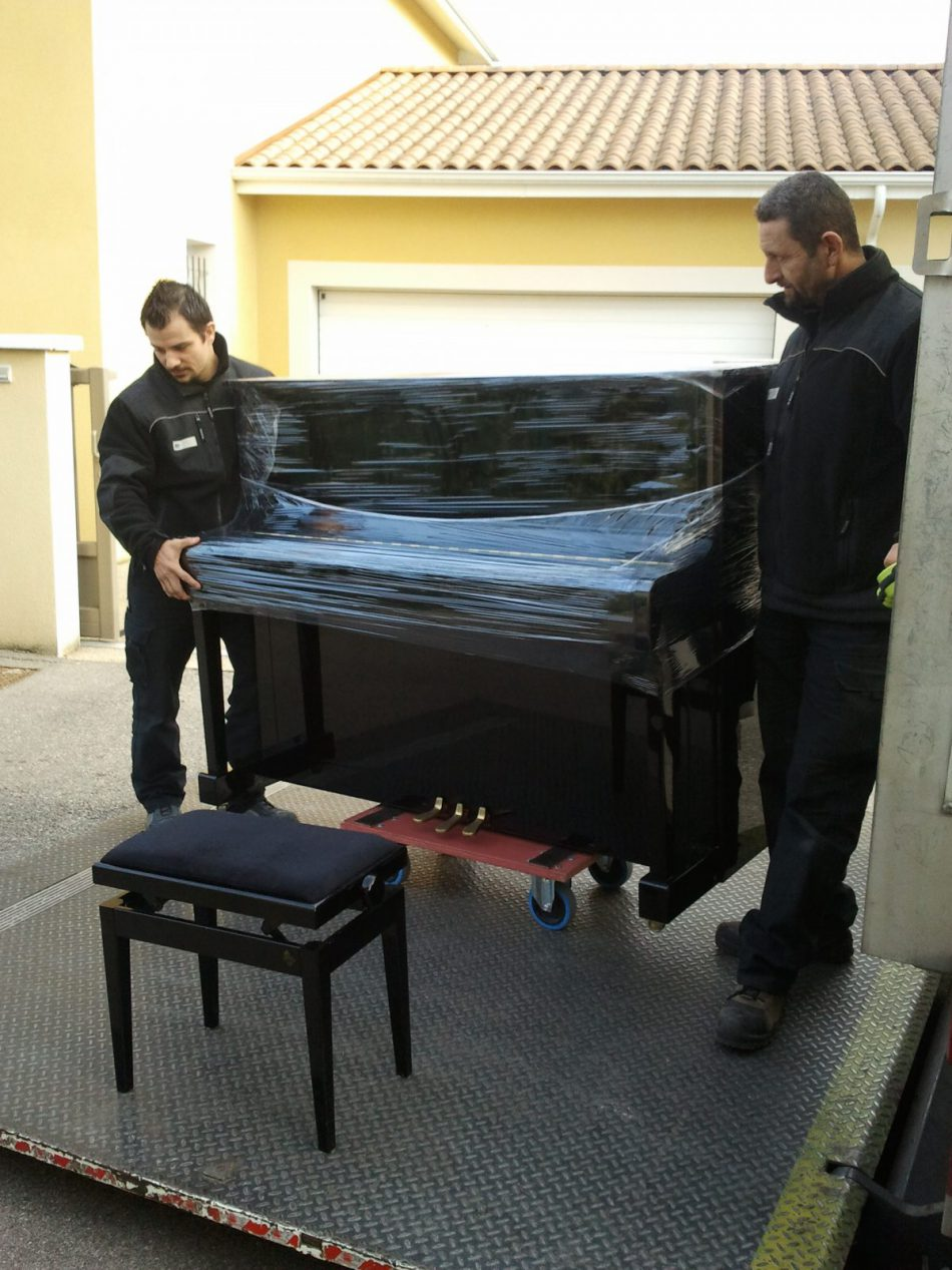 Manutention d'un piano par Transports Garcia
