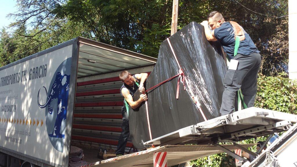 Employé sur le camion avec portage d'objet lourd & fragile